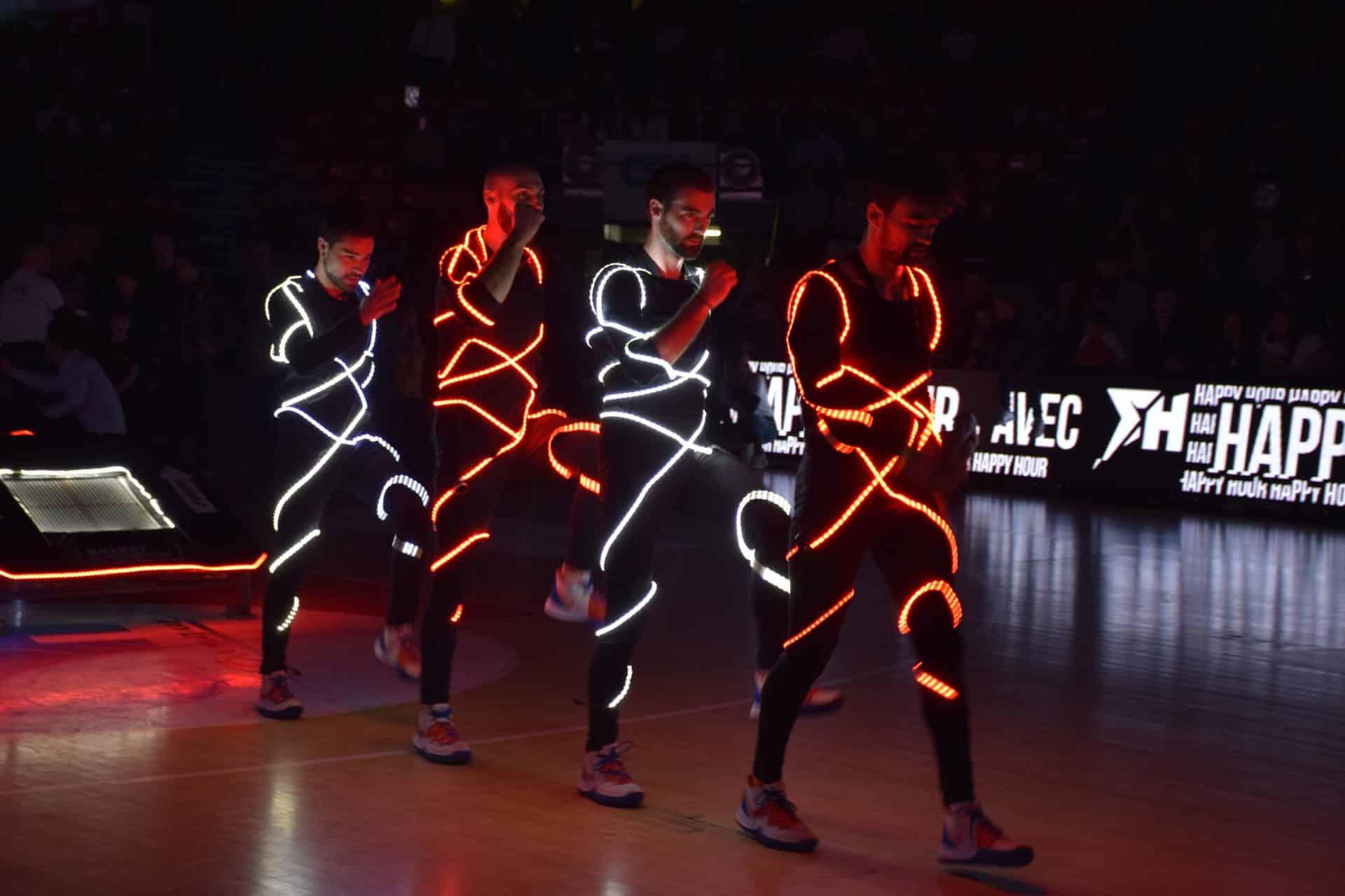 Basket acrobatique dans le noir en LED avec les Barjots dunkers
