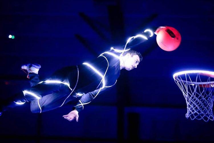 Slam Dunk Led Show Du basket acrobatique mis en lumière, Les Barjots Dunkers en sont les précurseurs, cette innovation a fait le succès de la troupe. Entièrement dans le noir, le Dunk LED Show est unique au monde. Effet de surprise garanti !