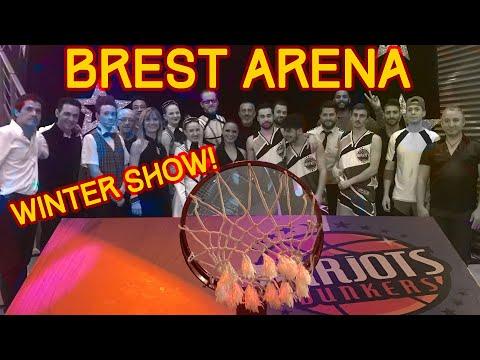 Barjots dunkers dans le Cirque de la Brest Arena Basket acrobatique dans un cirque
